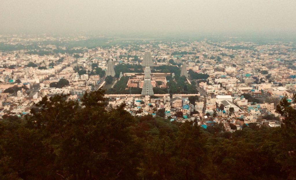 Tiruvanamalai mit Blick auf den Arunachaleswarar Tempel